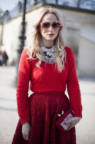 Cómo combinar: jersey con cuello circular rojo, falda campana de encaje roja, cartera sobre roja, gafas de sol rosadas
