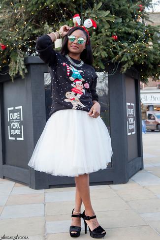 Cómo combinar: jersey con cuello circular de navidad negro, falda campana de tul blanca, sandalias de tacón de terciopelo gruesas negras, gafas de sol verdes
