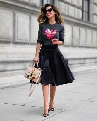 Cómo combinar: jersey con cuello circular con adornos en gris oscuro, falda campana negra, zapatos de tacón de pelo de becerro de leopardo en beige, bolso de hombre de cuero estampado en beige