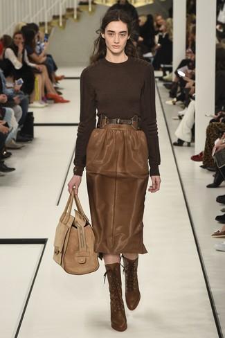 Cómo combinar: jersey con cuello circular en marrón oscuro, falda lápiz de cuero marrón, botines con cordones de cuero marrónes, bolsa tote de ante marrón claro