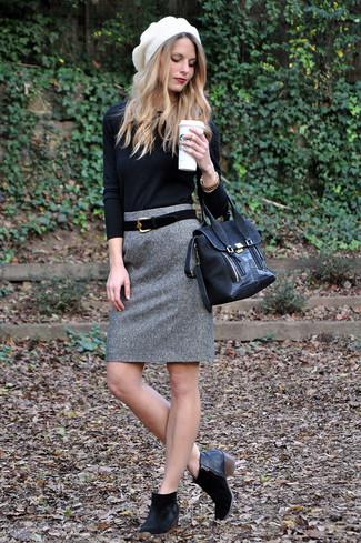 Cómo combinar: jersey con cuello circular negro, falda lápiz de lana gris, botines de ante negros, bolso de hombre de ante negro