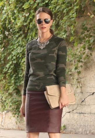 Cómo combinar: jersey con cuello circular de camuflaje verde oliva, falda lápiz de cuero burdeos, cartera sobre de ante en beige, gafas de sol negras