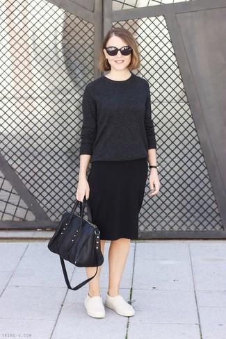 Cómo combinar: jersey con cuello circular en gris oscuro, falda lápiz negra, zapatillas slip-on de cuero en beige, bolsa tote de cuero negra