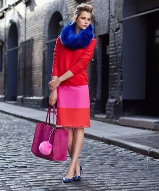 Cómo combinar: jersey con cuello circular rojo, falda lápiz rosa, zapatos de tacón de cuero con print de serpiente azules, bolsa tote de cuero rosa