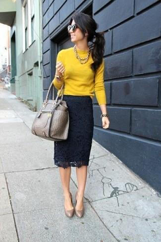 Cómo combinar: jersey con cuello circular mostaza, falda lápiz de encaje azul marino, zapatos de tacón de cuero marrónes, bolsa tote de cuero marrón