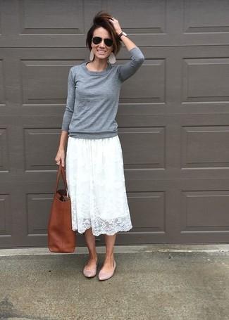 Cómo combinar: jersey con cuello circular gris, falda midi de encaje plisada blanca, bailarinas de cuero rosadas, bolsa tote de cuero marrón