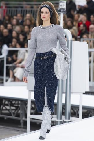 Cómo combinar: jersey con cuello circular plateado, falda midi de punto azul marino, botas de caña alta de cuero plateadas, cartera sobre de cuero plateada