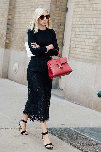 Cómo combinar: jersey con cuello circular negro, falda midi de encaje negra, sandalias de tacón de ante negras, bolso de hombre de cuero rojo