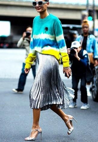 Cómo combinar: jersey con cuello circular efecto teñido anudado en multicolor, falda midi plisada plateada, sandalias de tacón de cuero plateadas, gafas de sol celestes