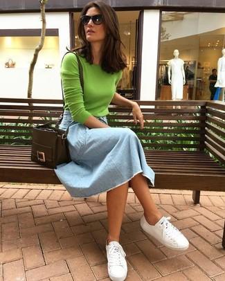 Cómo combinar: jersey con cuello circular verde, falda midi vaquera celeste, tenis de lona blancos, bolso bandolera de cuero en marrón oscuro