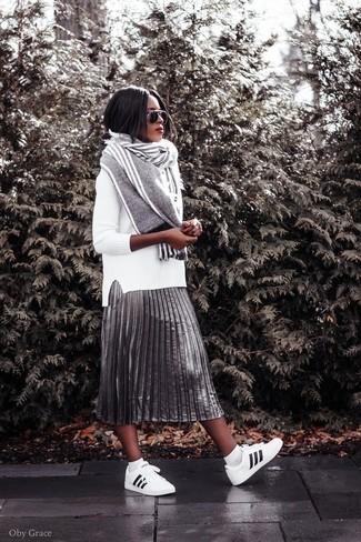 Cómo combinar: jersey con cuello circular blanco, falda midi plisada plateada, tenis de cuero en blanco y negro, bufanda de rayas verticales gris