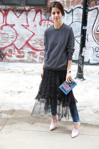 Cómo combinar: jersey con cuello circular de rayas horizontales en blanco y negro, falda midi de malla negra, vaqueros pitillo azules, zapatos de tacón de cuero rosados
