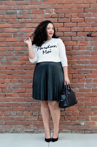 Cómo combinar: jersey con cuello circular estampado en blanco y negro, falda midi plisada negra, zapatos de tacón de ante negros, bolsa tote de cuero negra