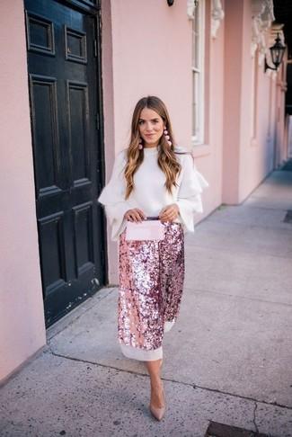 Cómo combinar: jersey con cuello circular con volante blanco, falda midi de lentejuelas rosada, zapatos de tacón de cuero marrón claro, cartera sobre de cuero rosada