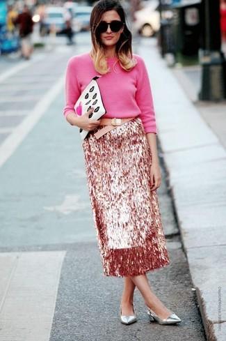 Cómo combinar: jersey con cuello circular rosa, falda midi de lentejuelas rosada, zapatos de tacón de cuero plateados, cartera sobre de cuero estampada blanca