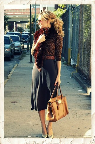 Cómo combinar: jersey con cuello circular de leopardo marrón, falda midi en gris oscuro, zapatos de tacón de cuero dorados, bolso de hombre de cuero marrón claro