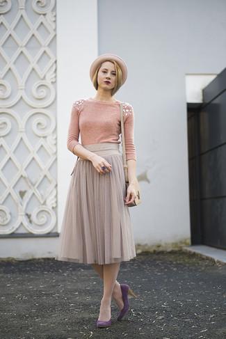 Cómo combinar: jersey con cuello circular con adornos rosado, falda midi de gasa plisada gris, zapatos de tacón de ante morado, bolso bandolera de cuero en beige
