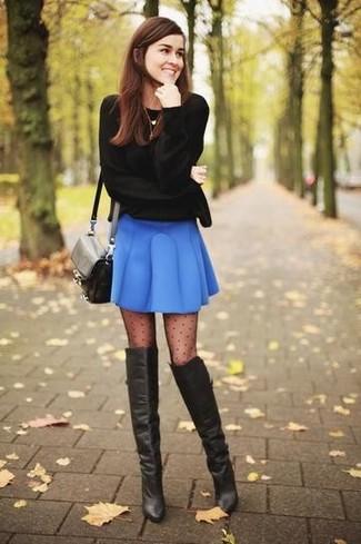 Cómo combinar: jersey con cuello circular negro, falda skater azul, botas sobre la rodilla de cuero negras, bolso bandolera de cuero negro