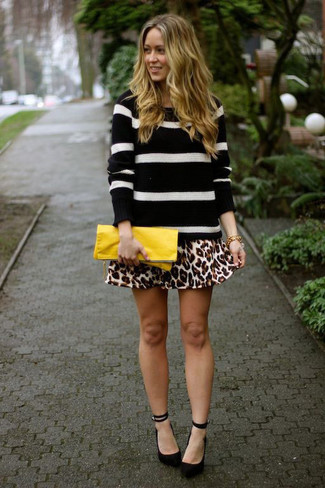 Look de moda: Jersey con cuello circular de rayas horizontales en negro y blanco, Falda skater de leopardo marrón claro, Zapatos de tacón de ante negros, Cartera sobre de cuero amarilla