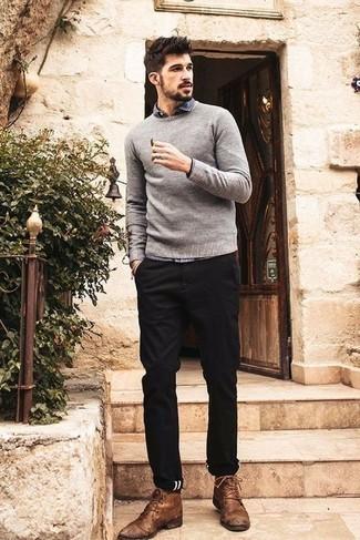 Cómo combinar un jersey con cuello circular gris: Utiliza un jersey con cuello circular gris y un pantalón chino negro para un look diario sin parecer demasiado arreglada. Botas safari de cuero marrónes son una opción atractiva para completar este atuendo.