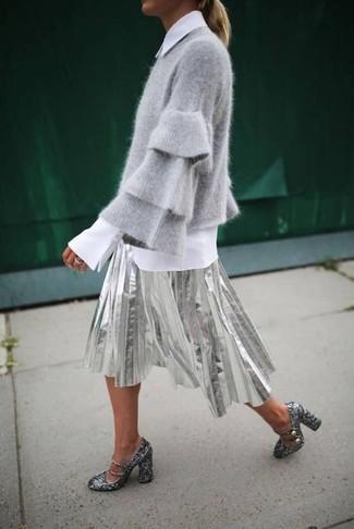 Cómo combinar: jersey con cuello circular gris, camisa de vestir blanca, falda midi plisada plateada, zapatos de tacón de lentejuelas plateados