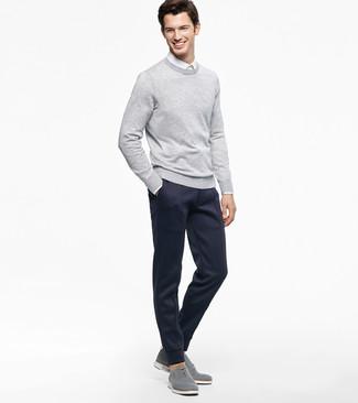 Cómo combinar: jersey con cuello circular gris, camisa de vestir blanca, pantalón de chándal azul marino, zapatos oxford de lona grises