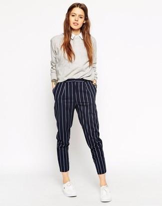 Cómo combinar: jersey con cuello circular gris, camisa de vestir blanca, pantalón de vestir de rayas verticales azul marino, tenis blancos