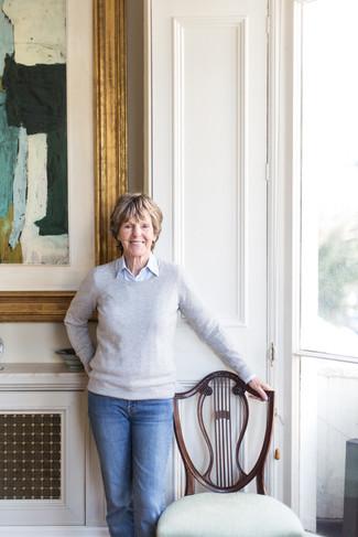 Cómo combinar un jersey con cuello circular gris para mujeres de 60 años: Intenta combinar un jersey con cuello circular gris con unos vaqueros azules para conseguir una apariencia glamurosa y elegante.