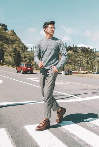 Cómo combinar: jersey con cuello circular gris, pantalón chino de lana gris, zapatos derby de cuero marrónes, calcetines negros