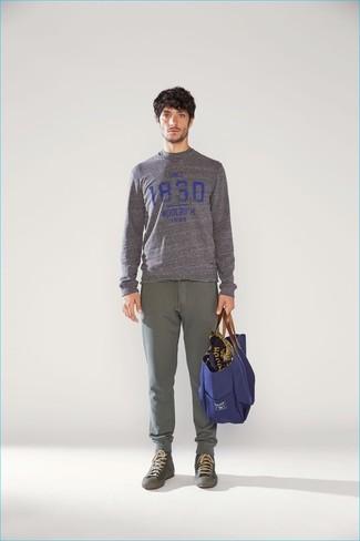 Cómo combinar: jersey con cuello circular estampado gris, pantalón de chándal verde oliva, zapatillas altas verde oliva, bolsa tote de lona azul marino