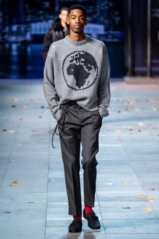 Cómo combinar: jersey con cuello circular estampado gris, pantalón de vestir en gris oscuro, mocasín de ante negro, calcetines rojos