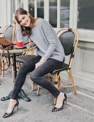 Cómo combinar: jersey con cuello circular gris, vaqueros pitillo en gris oscuro, zapatos de tacón de ante de leopardo marrón claro