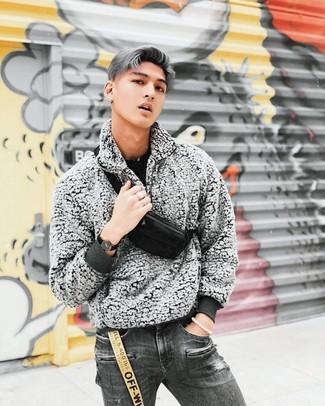 Cómo combinar unos vaqueros desgastados en gris oscuro: Intenta ponerse un jersey con cuello circular negro y unos vaqueros desgastados en gris oscuro para un look agradable de fin de semana.