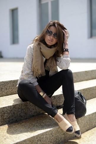 Cómo combinar: jersey con cuello circular de encaje blanco, leggings negros, alpargatas de cuero marrón claro, bolsa tote de cuero negra