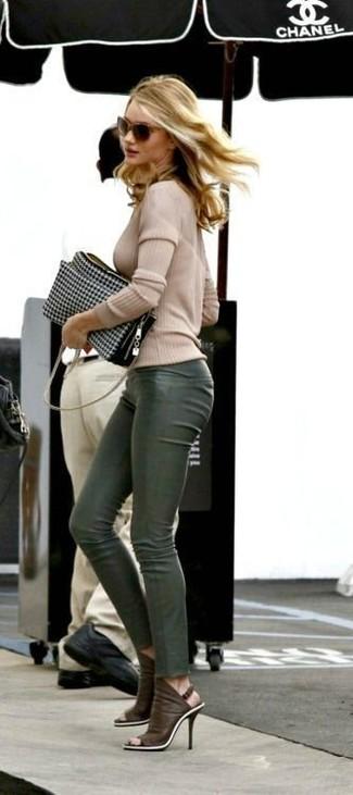 61b08dbcb9 Cómo combinar unos pantalones de cuero verde oscuro (4 looks de moda ...
