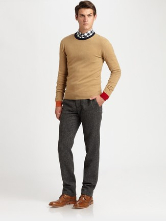 Cómo combinar: jersey con cuello circular marrón claro, camisa de manga larga de cuadro vichy en blanco y negro, pantalón de vestir de lana en gris oscuro, zapatos brogue de cuero marrónes