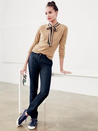 Cómo combinar: jersey con cuello circular marrón claro, pantalón chino negro, tenis de lona azul marino