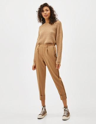 Cómo combinar: jersey con cuello circular marrón claro, pantalón de pinzas marrón claro, zapatillas altas de lona amarillas