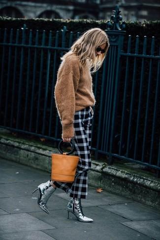 Cómo combinar: jersey con cuello circular marrón claro, pantalón de vestir de tartán en blanco y negro, botines de cuero plateados, mochila con cordón de cuero marrón claro
