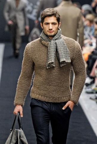 Cómo combinar: jersey con cuello circular marrón claro, pantalón de vestir negro, bolsa tote de lona gris, bufanda de cuadro vichy gris