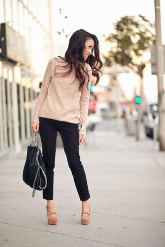 Cómo combinar: jersey con cuello circular marrón claro, pantalones pitillo negros, zapatos de tacón de ante marrón claro, bolsa tote de cuero negra