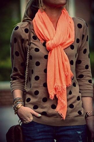 Cómo combinar: jersey con cuello circular a lunares marrón, vaqueros pitillo azul marino, bolso bandolera de cuero en marrón oscuro, bufanda naranja