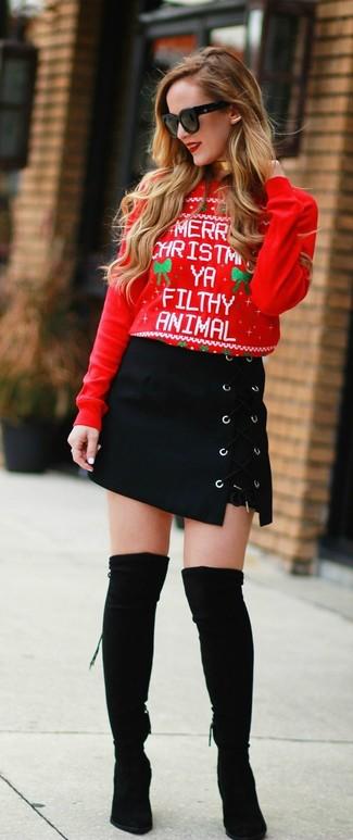 Cómo combinar: jersey con cuello circular de navidad rojo, minifalda de ante negra, botas sobre la rodilla de ante negras, gafas de sol negras