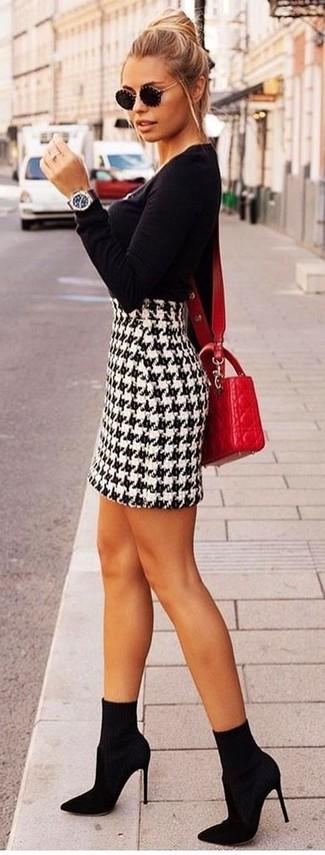 Cómo combinar: jersey con cuello circular negro, minifalda de pata de gallo en blanco y negro, botines de elástico negros, bolso bandolera de cuero acolchado rojo