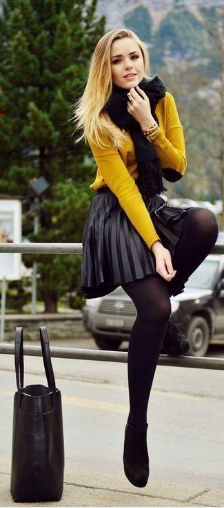 Cómo combinar una bufanda de punto negra: Un jersey con cuello circular mostaza y una bufanda de punto negra son una opción atractiva para el fin de semana. Botines de ante negros son una opción excelente para complementar tu atuendo.