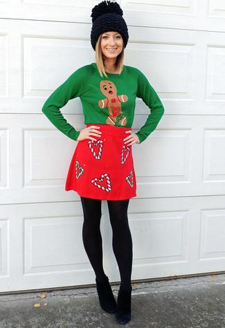 Cómo combinar: jersey con cuello circular de navidad verde, minifalda de lana roja, botines de ante negros, gorro de punto negro