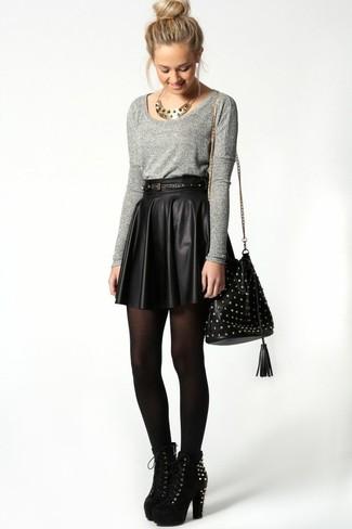 90436a7be Cómo combinar unas medias negras con una minifalda de cuero plisada ...
