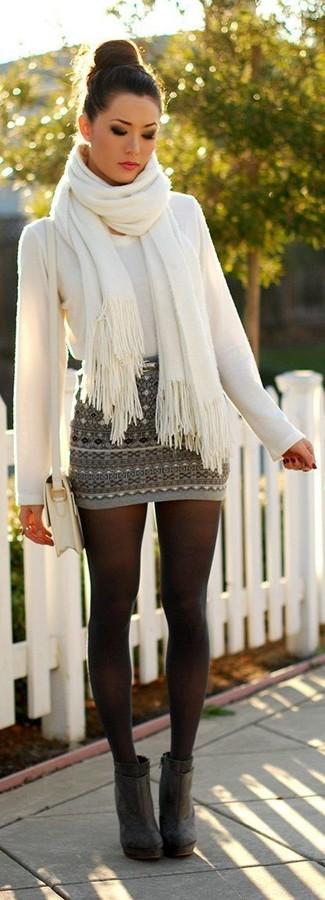 Cómo combinar: jersey con cuello circular blanco, minifalda de grecas alpinos gris, botines de ante en gris oscuro, bolso bandolera de cuero blanco