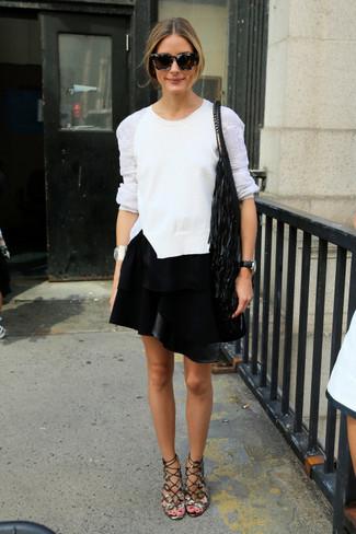Cómo combinar: jersey con cuello circular de encaje blanco, minifalda de cuero negra, sandalias romanas de cuero grises, mochila con cordón сon flecos negra