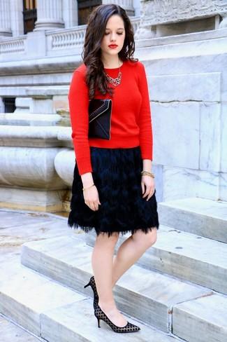 Cómo combinar: jersey con cuello circular rojo, minifalda сon flecos negra, zapatos de tacón de ante a lunares negros, cartera sobre de cuero negra